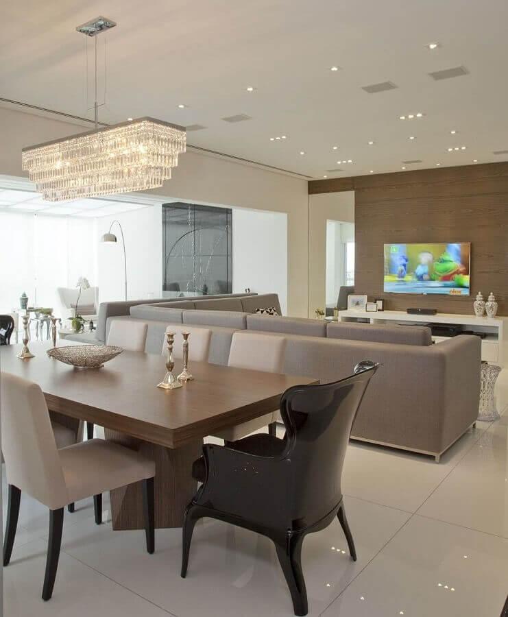 decoração com lustre de teto para sala de jantar integrada com sala de estar Foto Pinterest
