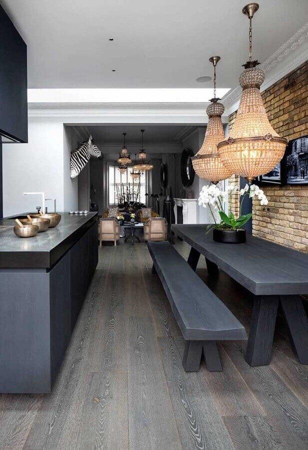 decoração com parede tijolinho e lustre de teto para sala de jantar integrada com cozinha Foto Futurist Architecture