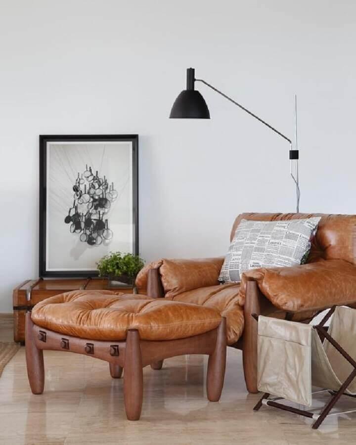 decoração com poltrona mole e luminária para sala de estar branca Foto Jeito de Casa