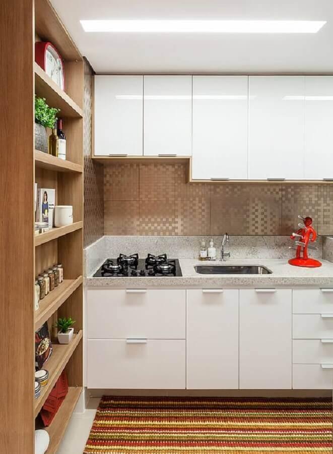 decoração com prateleiras de madeira e armário de cozinha branco Foto Amis Arquitetura e Decoração