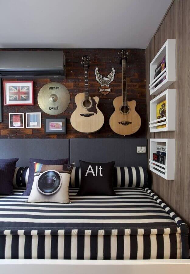 decoração com violão e quadros para quarto de homem Foto Juliana Pippi