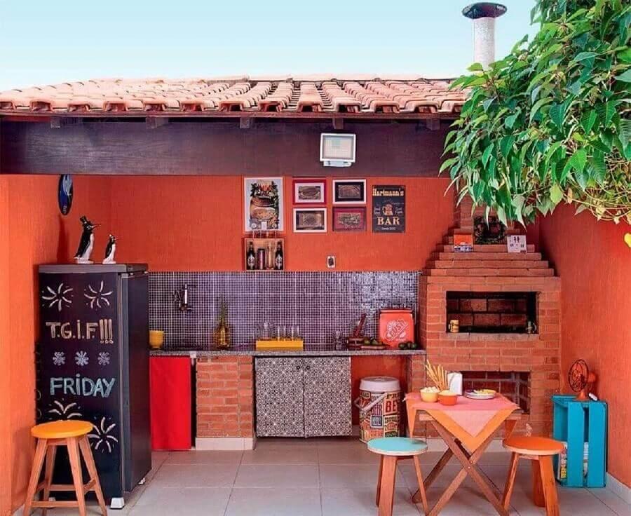 decoração de área gourmet simples com churrasqueira de tijolinho Foto Pinterest