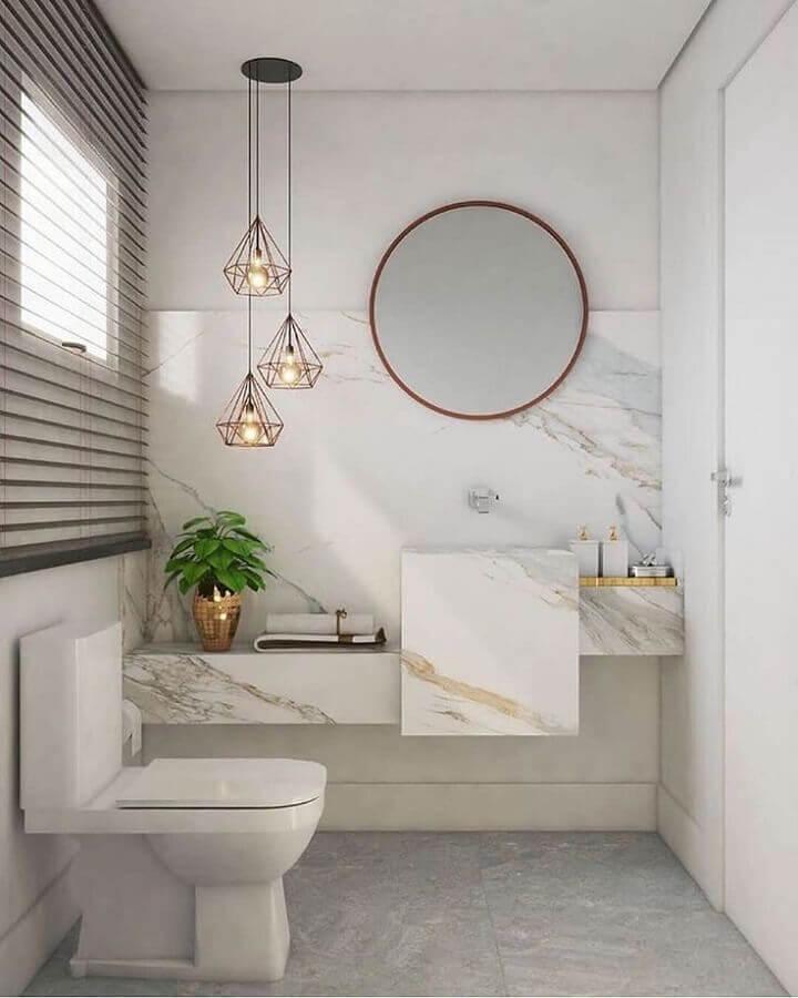 decoração de banheiro branco com bancada de mármore e luminária pendente aramado Foto Pinterest