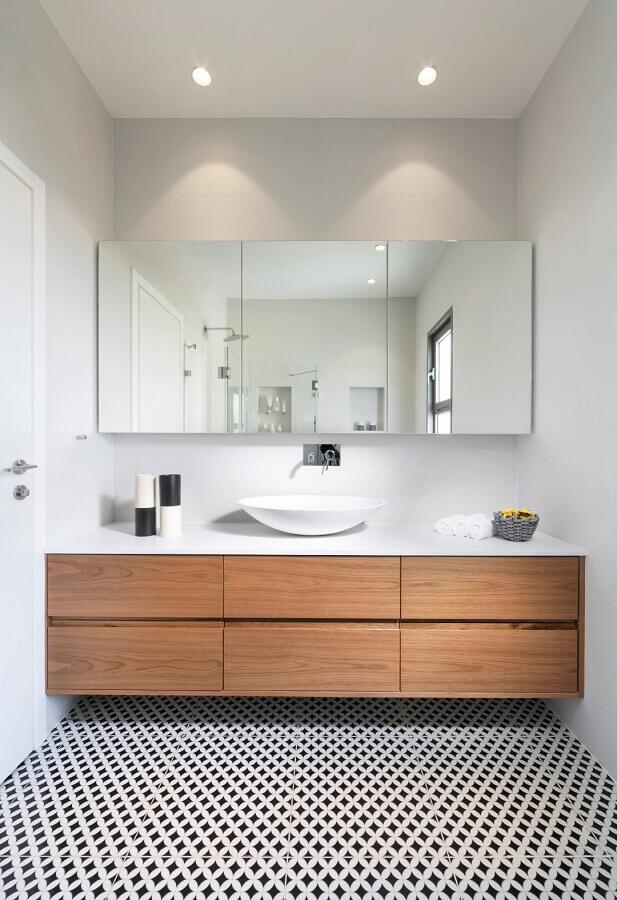 decoração de banheiro branco com gabinete de madeira e armário suspenso espelhado  Foto Apartment Therapy