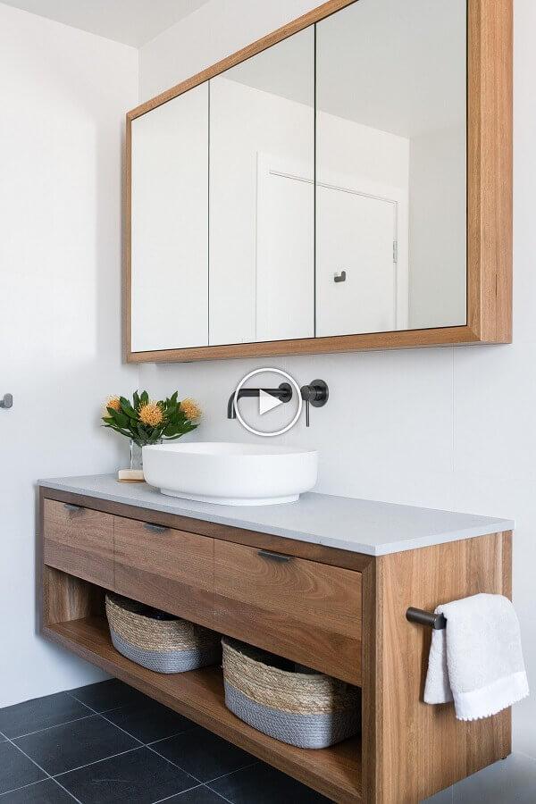 decoração de banheiro branco com gabinete e armário suspenso de madeira Foto Apartment Therapy