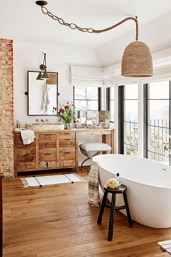 decoração de banheiro com gabinete de madeira e luminária pendente rústica Foto Pinterest