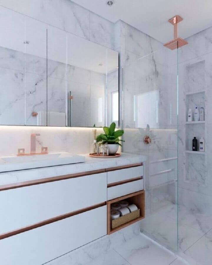 decoração de banheiro com mármore e armário branco Foto Pinterest