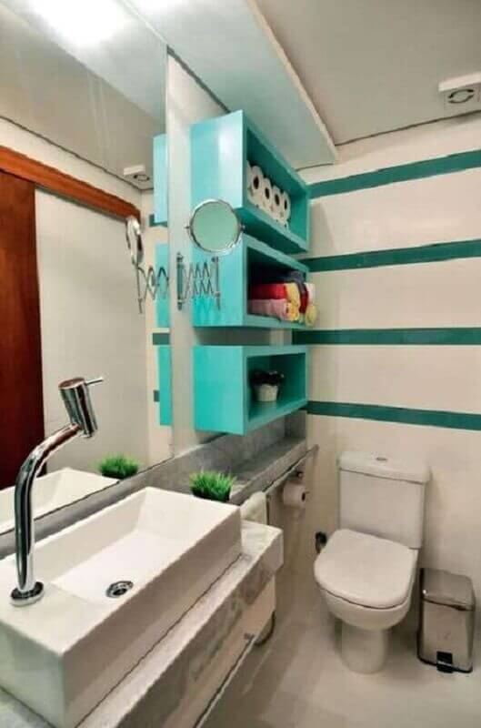 decoração de banheiro com nicho verde piscina Foto Aaron Guide
