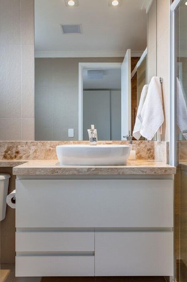 decoração de banheiro pequeno com armário branco Foto Rúbia M. Vieira Interiores
