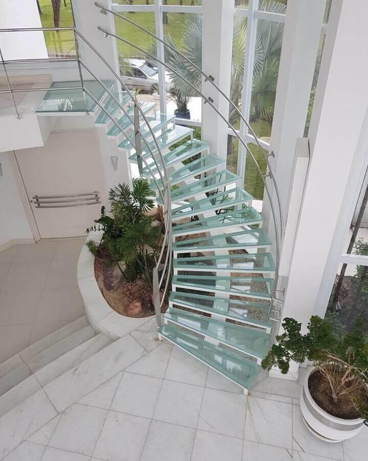 decoração de casa branca com escadas internas de vidro Foto Duran Vidros