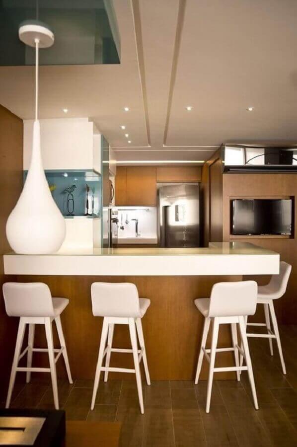 decoração de cozinha amadeirada com banqueta branca Foto Jeito de Casa