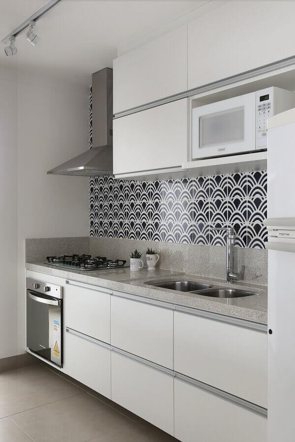 decoração de cozinha branca com armário suspenso para microondas Foto Archilovers