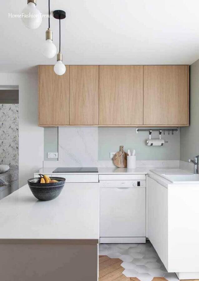 decoração de cozinha branca pequena com armário suspenso de madeira Foto Home Fashion Trend