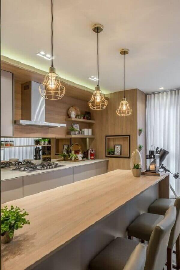 decoração de cozinha com luminária pendente aramado para bancada de madeira Foto Pinterest