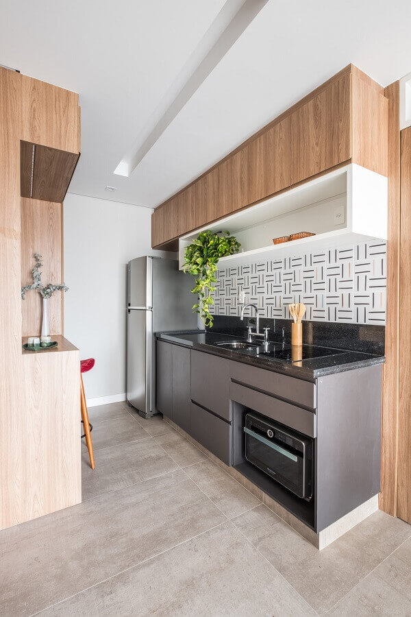 decoração de cozinha pequena com armário suspenso de madeira com nicho branco Foto Archtrends