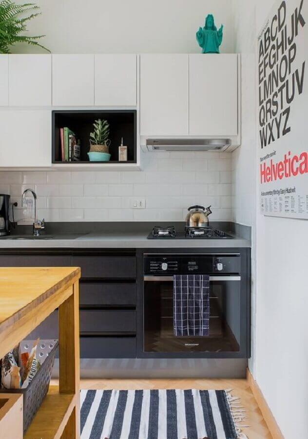 decoração de cozinha planejada com armário suspenso branco e tapete listrado Foto Histórias de Casa