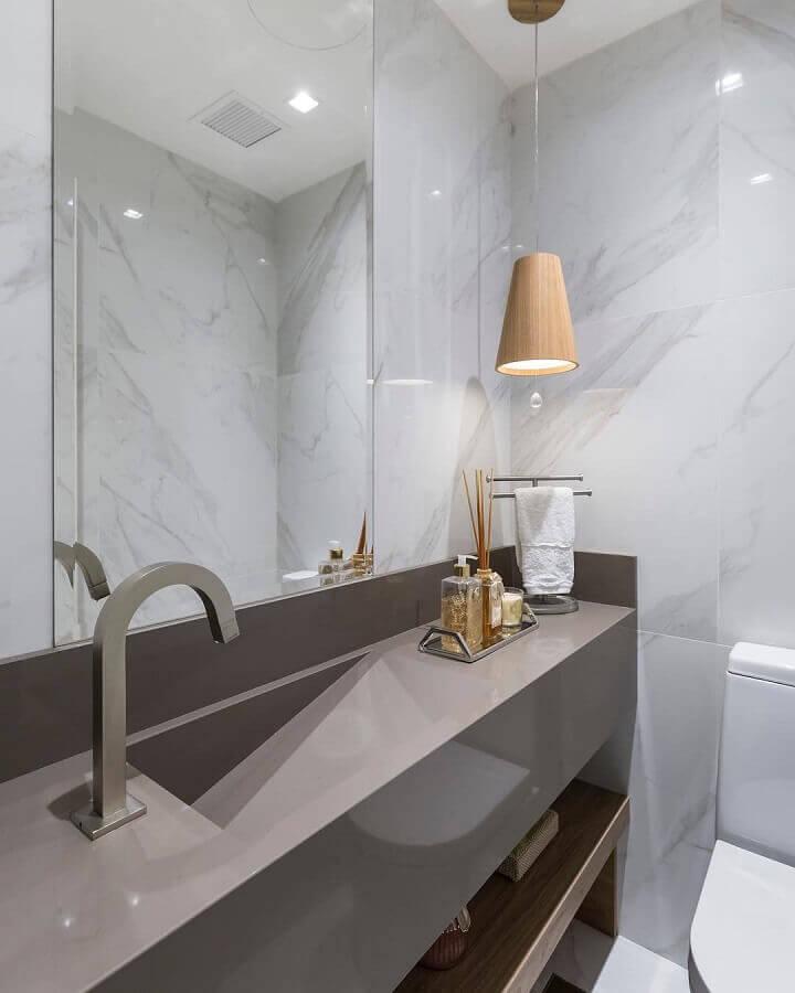 decoração de lavabo cinza com luminária pendente de madeira Foto Braccini + Lima Arquitetura