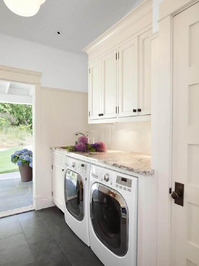 decoração de lavanderia com clássico armário aéreo branco Foto Pinterest