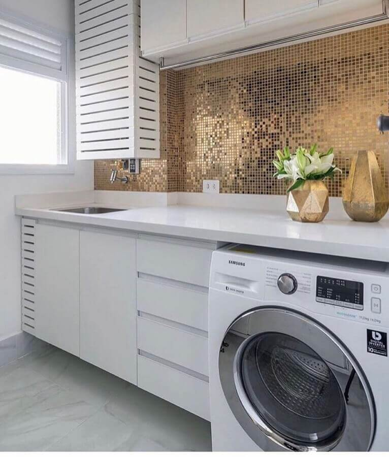 decoração de lavanderia com revestimento metalizado e armário branco planejado Foto Jeito de Casa
