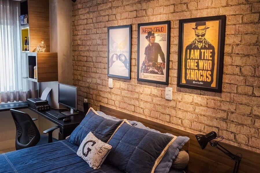 decoração de parede de tijolinho com quadros para quarto de homem Foto Pinterest