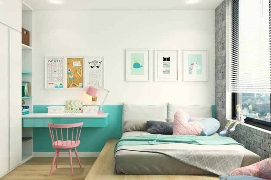 decoração de quarto branco com escrivaninha suspensa na cor verde piscina Foto Pinterest