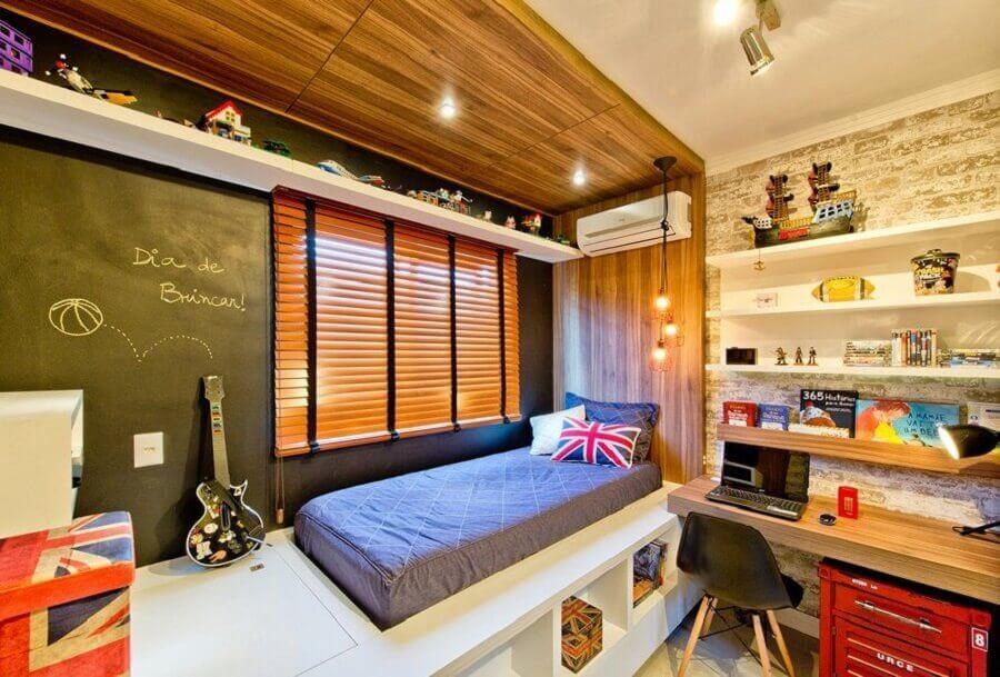 decoração de quarto de homem moderno com bancada de madeira e parede com tinta lousa Foto Casa de Valentina