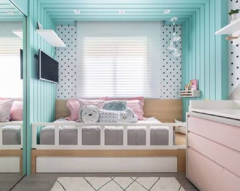 decoração de quarto de menina com revestimento verde piscina Foto Criar Interiores