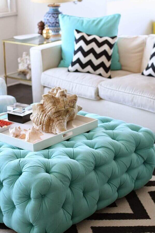 decoração de sala branca com almofadas e puff capitonê na cor verde piscina Foto Yandex