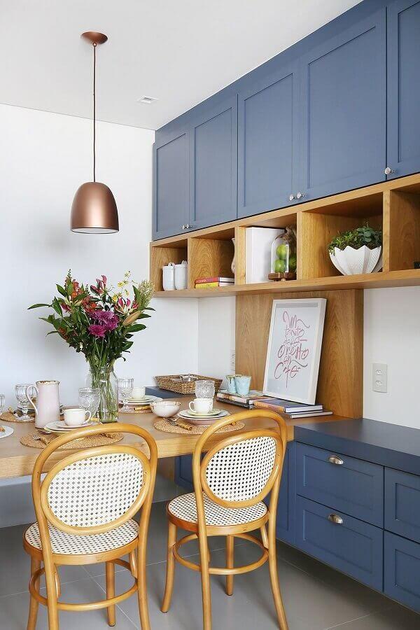 decoração de sala de jantar com armário suspenso azul com nichos de madeira Foto Casa de Valentina