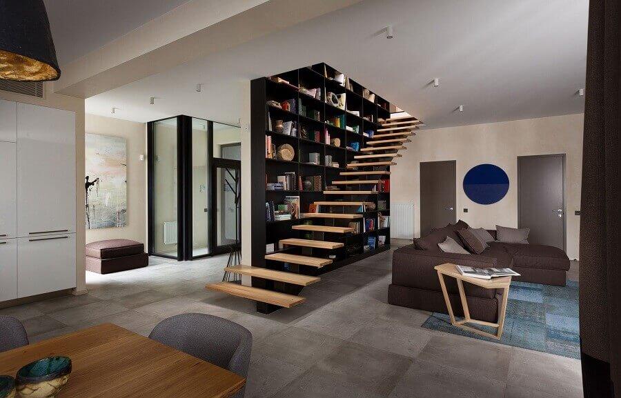 decoração de sala moderna com estante preta e escadas internas vazadas Foto All Architecture Designs