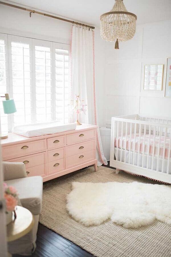 decoração delicada com cômoda para quarto de bebê feminino branco e rosa Foto The Posh Home