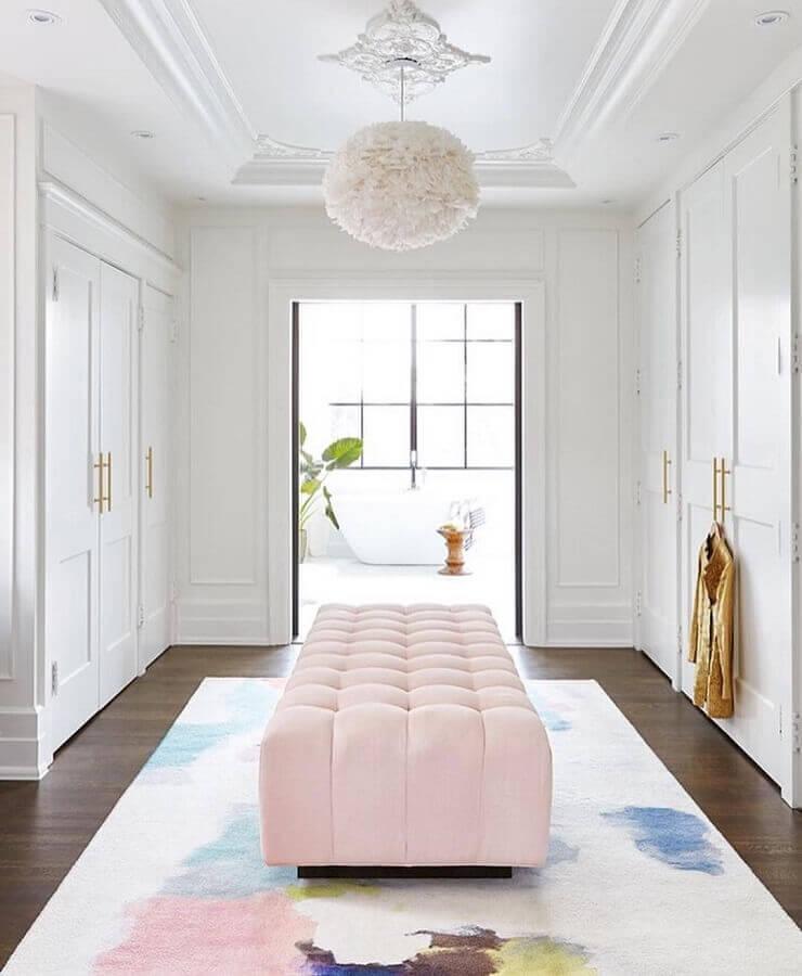 decoração delicada com recamier rosa claro para armário closet branco Foto House and Home