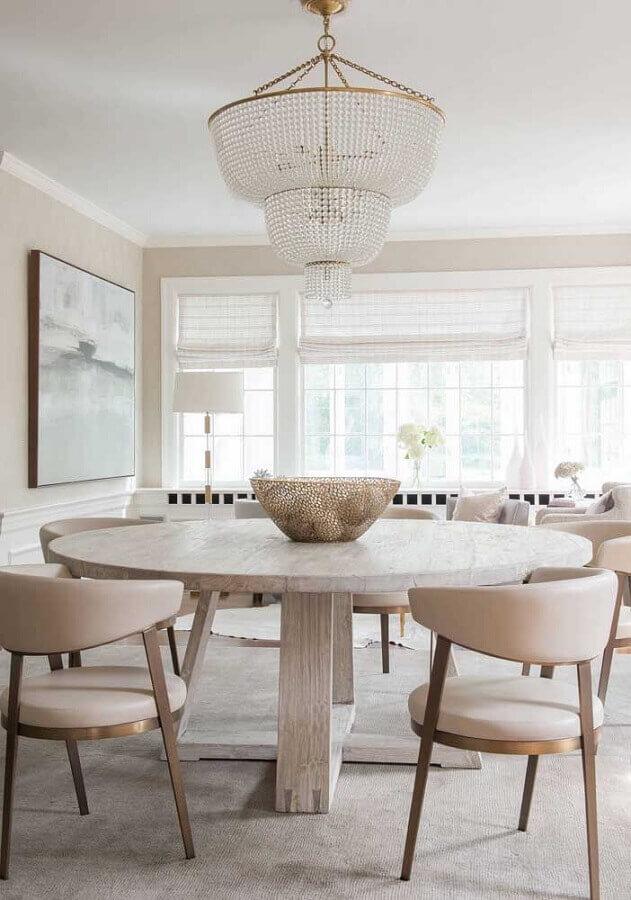decoração em cores claras com lustre de teto para sala de jantar Foto Apartment Therapy