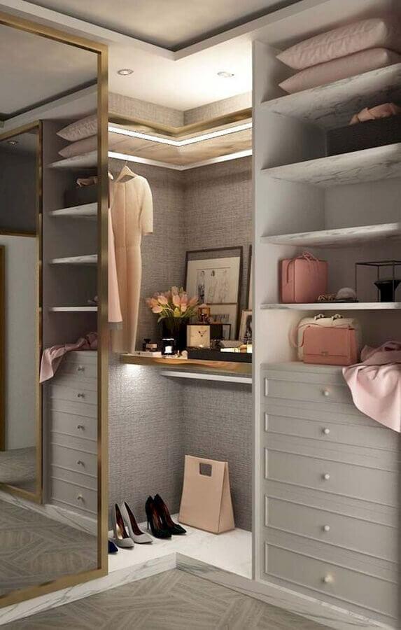 decoração em cores claras para armário closet de canto Foto Pinterest