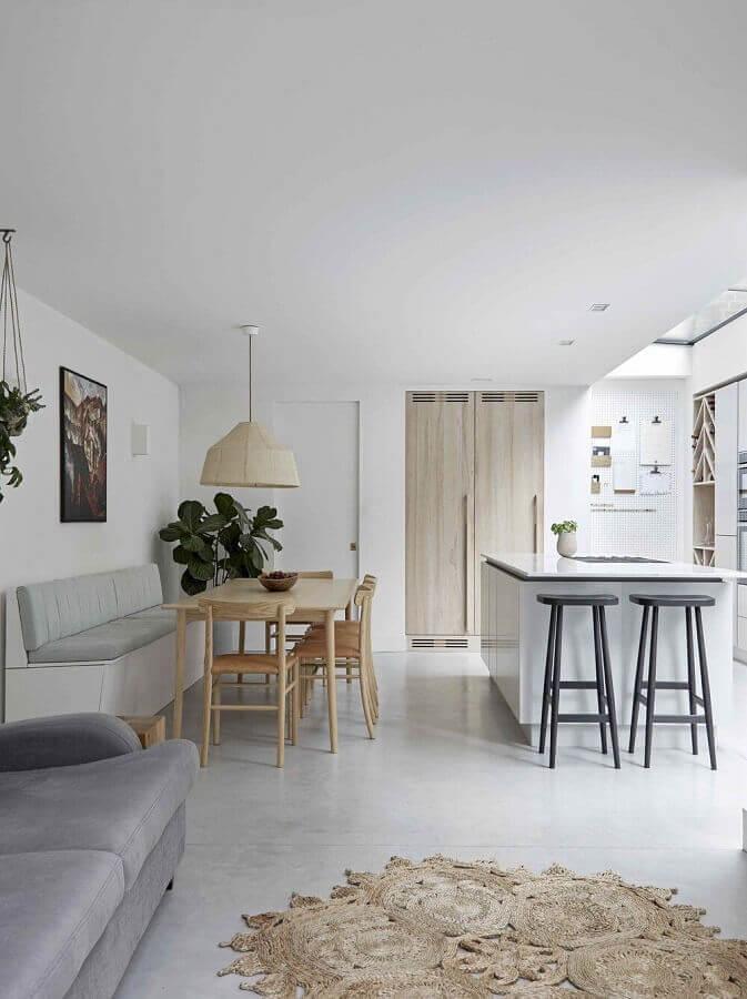 decoração em cores claras para cozinha americana com sala de jantar e estar integrada Foto Jera Arquitetura e Engenharia