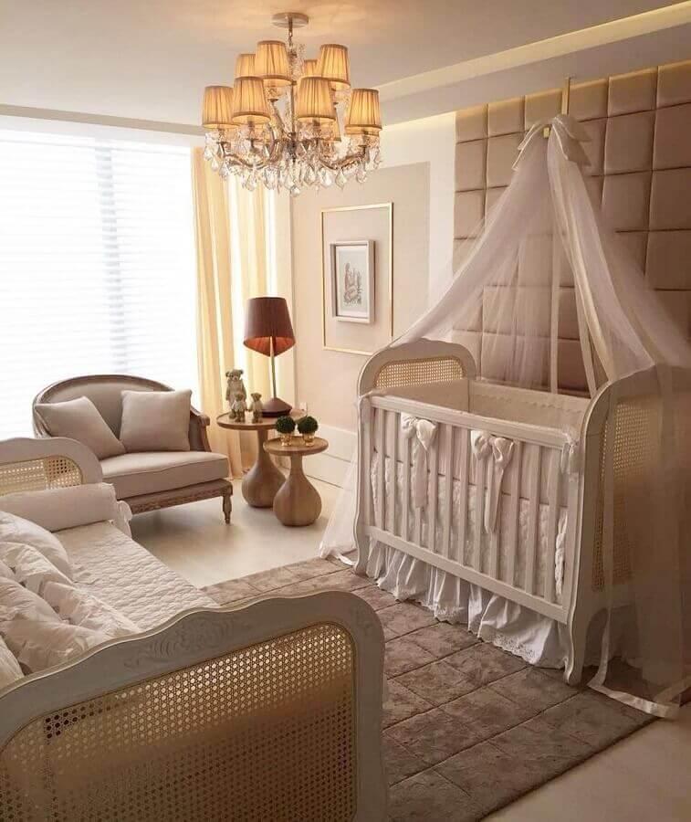decoração em cores neutras com lustre de teto para quarto de bebê Foto Pinterest
