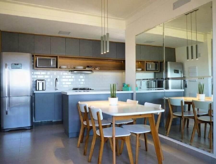 decoração em tons de cinza e parede espelhada para cozinha americana com sala de jantar Foto F02 Arquitetura
