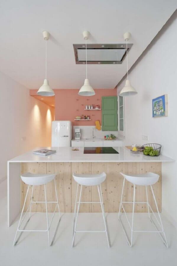 decoração em tons pastéis com banqueta branca para cozinha Foto Apartment Therapy