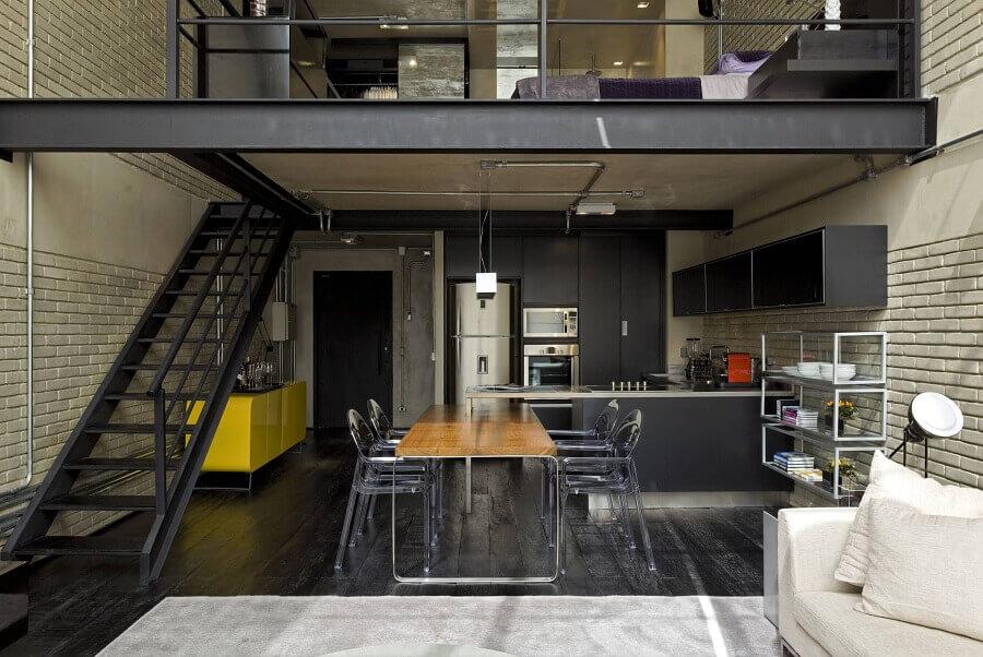 decoração industrial com escadas internas de ferro preta para sala com mezanino Foto Diego Revollo