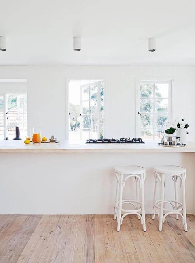 Decoração minimalista com banqueta branca para cozinha