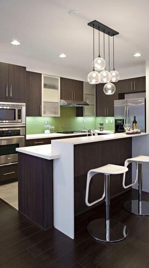 decoração moderna com banqueta branca para cozinha planejada com armários de madeira escura Foto Futurist Architecture