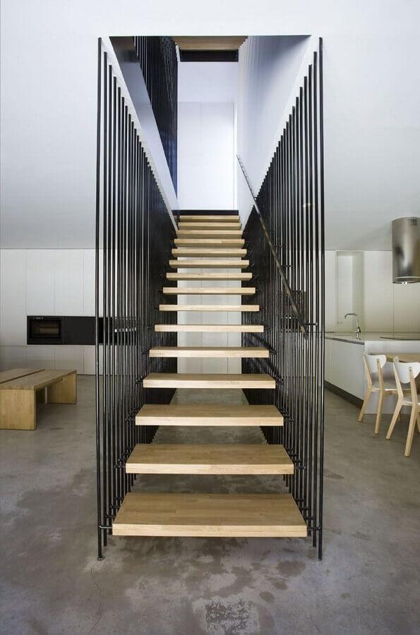 decoração moderna com escadas internas vazada com degraus de madeira Foto Archdaily