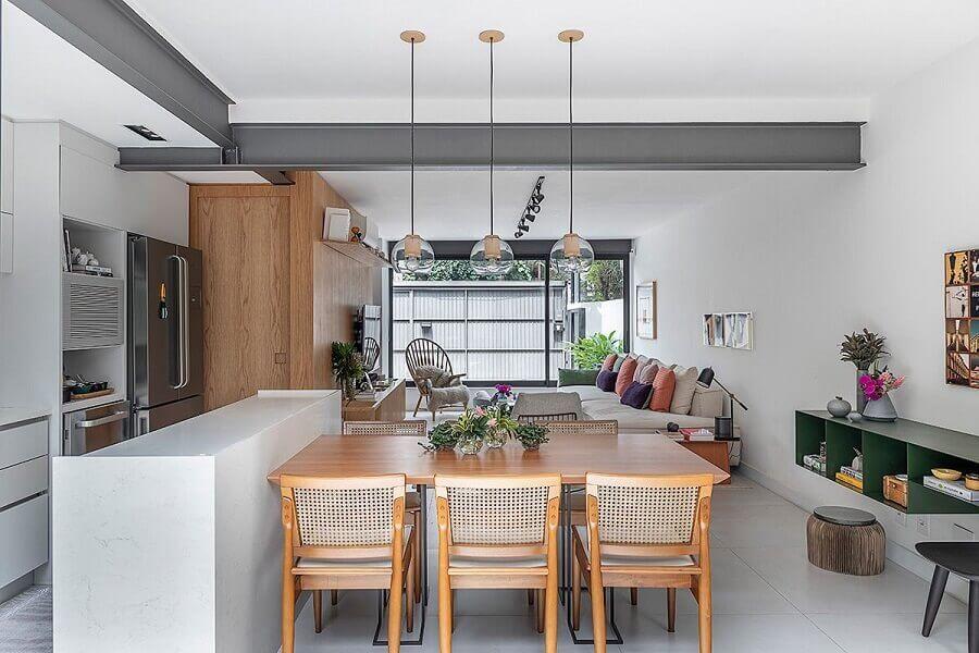 decoração moderna com mesa de madeira para sala de jantar com cozinha americana integrada Foto Casa de Valentina