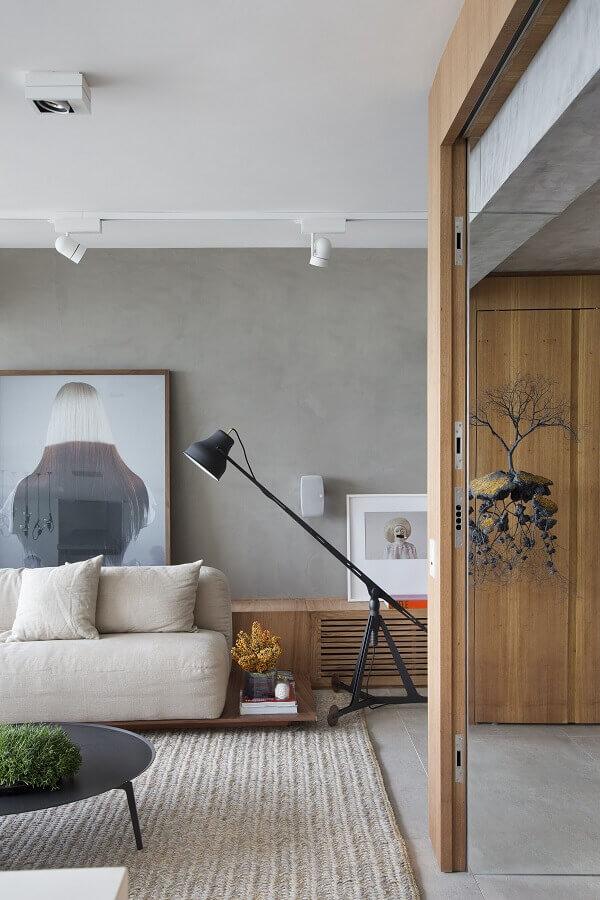 decoração moderna com parede de cimento queimado e luminárias de piso para sala de estar Foto Studio Roca