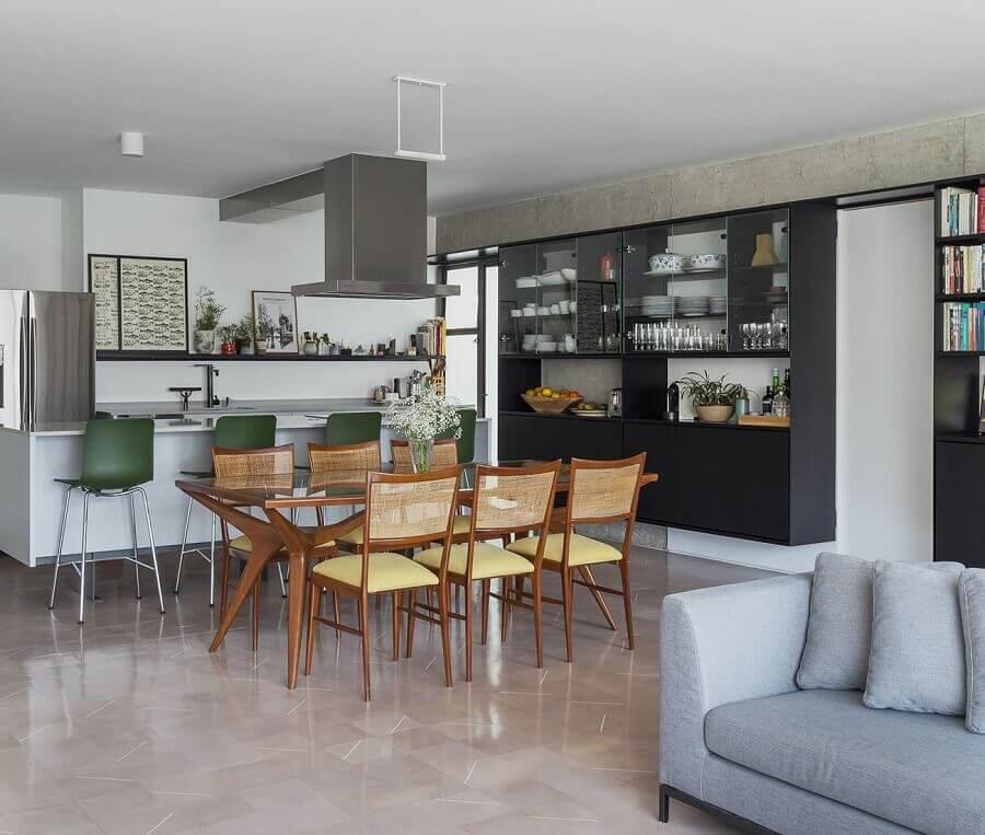 decoração moderna de cozinha americana grande com sala de jantar Foto The Holk