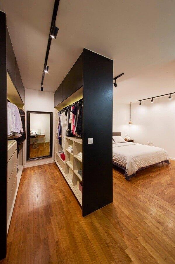 decoração simples para quarto com armário closet casal Foto Arkpad