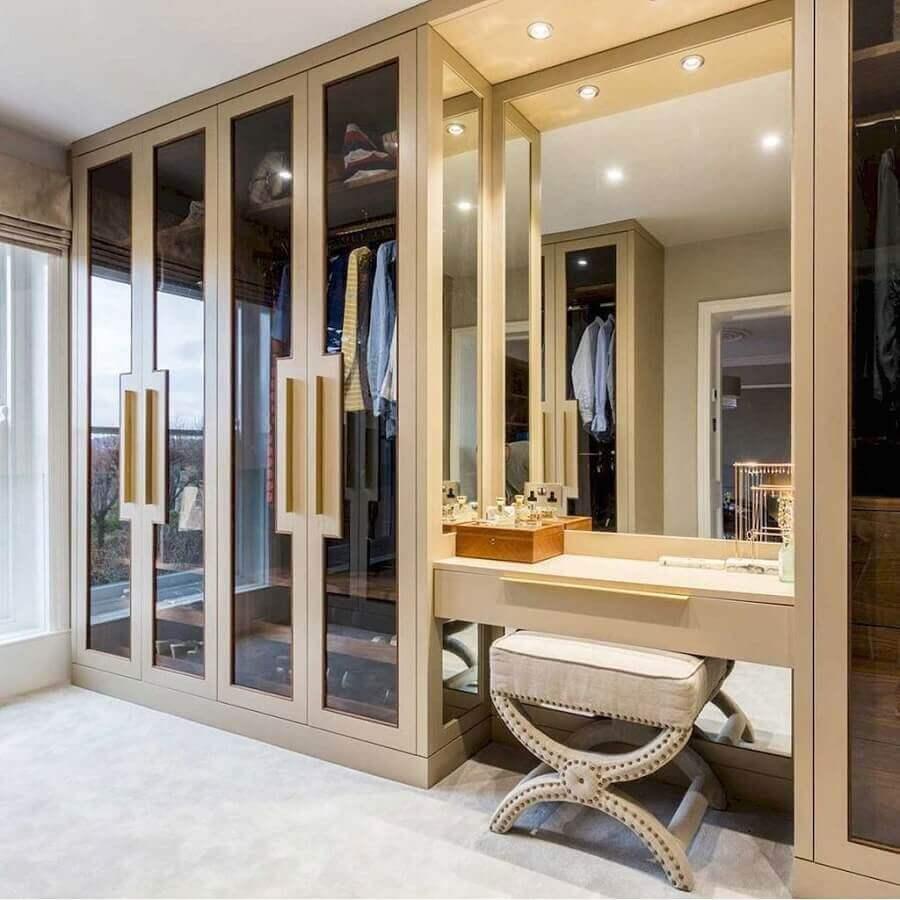 decoração sofisticada com armário para closet planejado com penteadeira Foto Bath Bespoke