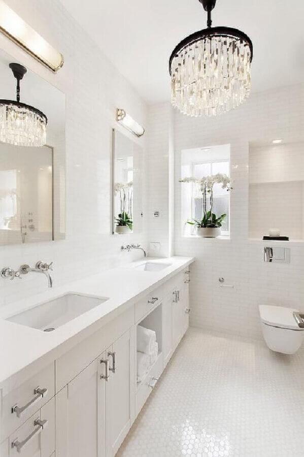 decoração sofisticada com lustres para teto de banheiro branco Foto Pinterest