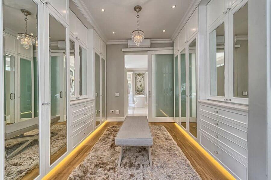 decoração sofisticada para armário closet planejado com portas espelhadas Foto Behance
