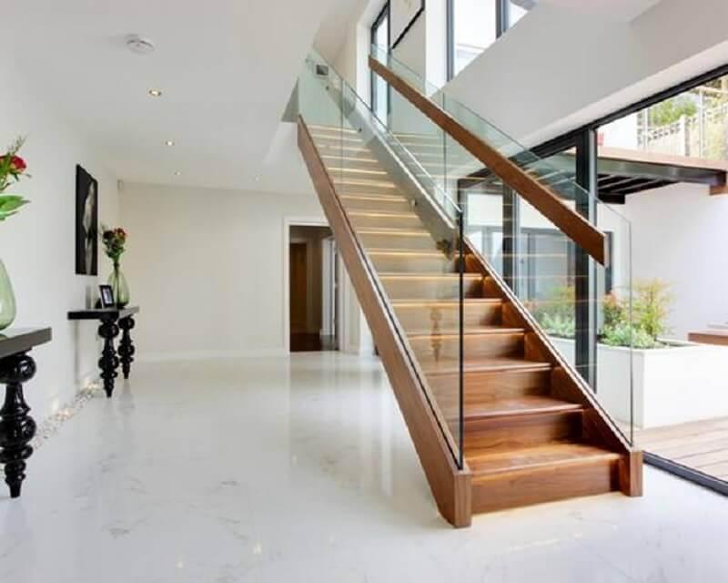 decoração sofisticada para casa branca com escada de madeira interna com guarda corpo de vidro Foto Pinterest